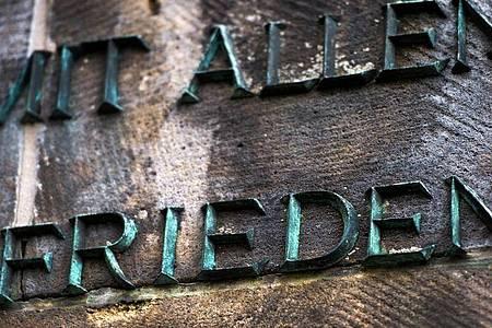 Am Mahnmal auf dem Sowjetischen Garnisonsfriedhof in Dresden. Mit Kranzniederlegungen und Gedenkveranstaltungen wird am Freitag vielerorts an das Ende des Zweiten Weltkrieges vor 75 Jahren erinnert. Foto: Arno Burgi/dpa-Zentralbild/dpa