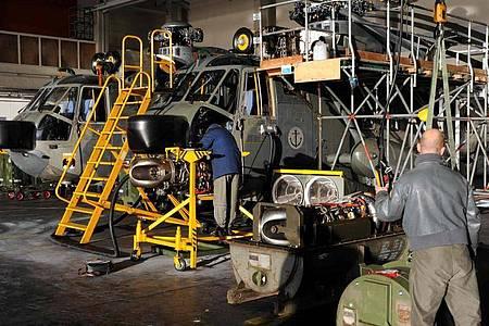 Mechaniker arbeiten auf dem Fliegerhorst in Kiel-Holtenau an defekten Marine-Hubschraubern vom Typ Sea King. Foto: picture alliance / dpa