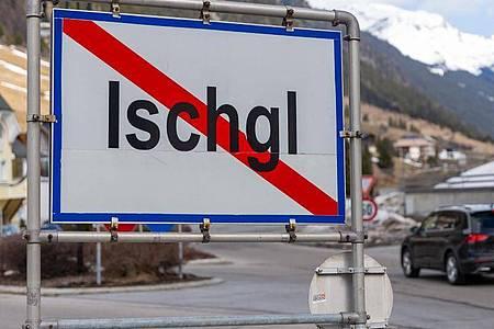 Ein Ortsschild am Ausgang der Ortschaft Ischgl. In dem Wintersportort hatten sich zahlreiche Menschen mit dem Coronavirus angesteckt. Foto: Jakob Gruber/APA/dpa