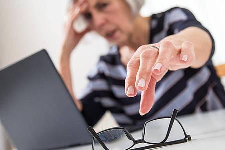 Im Alter lässt die Sehleistung nach:Wer viel vor dem PC sitzt, braucht unterUmständen eine Bildschirmbrille. Foto: Christin Klose/dpa-tmn