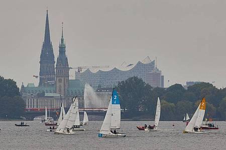 Trübe Aussicht: Segelboote fahren auf der Außenalster in Hamburg. Foto: Georg Wendt/dpa