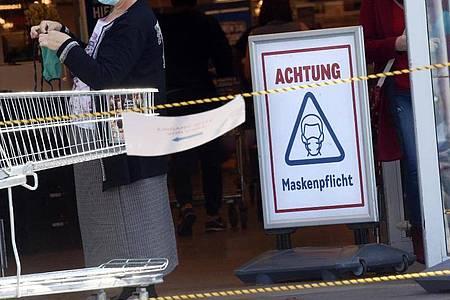 Zur Eindämmung des Coronavirus gilt seit Wochen eine Pflicht zum Tragen einer Mund-Nasen-Schutzmaske im öffentlichen Nahverkehr und beim Einkaufen. Foto: Wolfgang Kumm/dpa