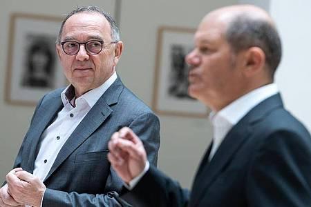 Pressekonferenz in der SPD-Zentrale: Norbert Walter-Borjans (L) und Olaf Scholz. Foto: Bernd von Jutrczenka/dpa