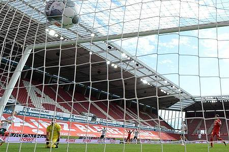 Gewohntes Bild nach der Corona-Pause: Bundesliga-Tore vor leeren Zuschauerrängen. Foto: Arne Dedert/dpa