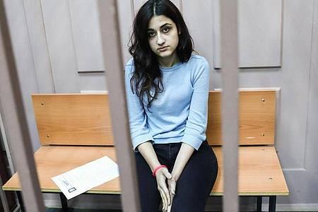 Kristina, eine der drei wegen des Mordes an ihrem Vater angeklagten Geschwister, sitzt im Bezirksgericht Basmanny. Foto: Stanislav Krasilnikov/TASS/dpa