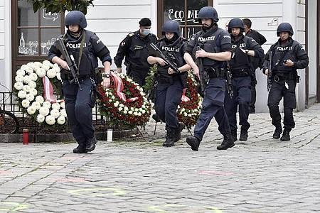 Polizisten sichern nach dem Terroranschlag in Wien das Gebiet in der Nähe des Tatorts ab. Foto: Hans Punz/APA/dpa