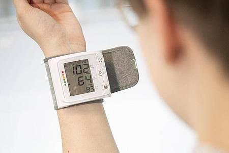 Der Blutdruck wird traditionell mit zwei Werten gemessen -dem systolischen oben und dem diastolischen unten. Foto: Robert Günther/dpa-tmn