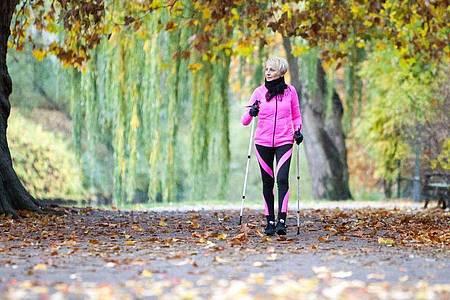 Jeder Sport ist bei Bluthochdruck gut für den Körper - Nordic Walking zählt aber zu den besonders empfehlenswerten. Foto: Christin Klose/dpa-tmn