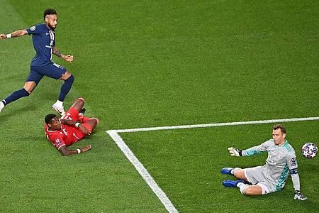 Neymar (l) fand in Bayern-Keeper Manuel Neuer (r) seinen Meister. Foto: Laurence Griffiths/Getty Images via UEFA/dpa