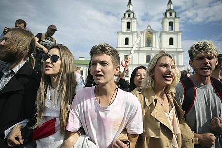 Belarussische Studenten nehmen an einer Kundgebung vor der Heilig-Geist-Kathedrale in Minsk teil. Foto: Uncredited/Tut.by/AP/dpa
