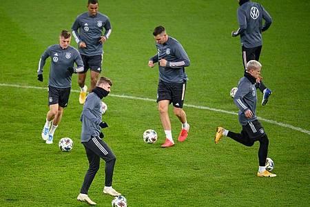 Ungeachtet der neuen Corona-Fälle beim Gegner bereiteten sich die deutschen Nationalspieler auf das Spiel gegen die Ukraine vor. Foto: Robert Michael/dpa-Zentralbild/dpa