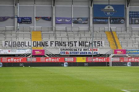 «Fußball ohne Fans ist nichts!» steht auf einem Transparent in der Paderborner Benteler-Arena. Foto: Friso Gentsch/dpa