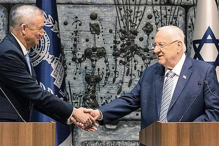Benny Gantz (l), Ex-Militärchef, und Israels Staatspräsident Reuven Rivlin. Foto: Ilia Yefimovich/dpa