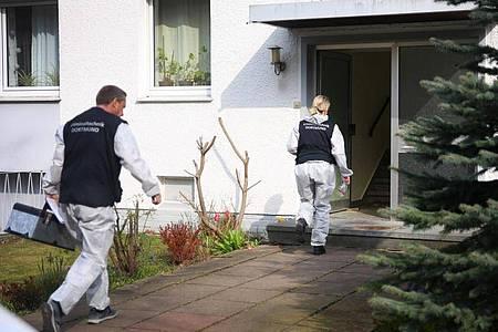 Ermittlungsbeamte gehen in ein Haus in Dortmund hinein. Ein 41-Jähriger soll in Dortmund seine Frau und seine drei Kinder getötet und sich anschließend das Leben genommen haben. Foto: Rene Werner IDANewsMedia/dpa