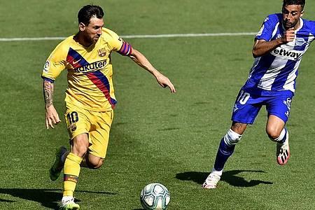 Lionel Messi (l) gelang gegen Alavés der 21. Assist in dieser Saison. Foto: Alvaro Barrientos/AP/dpa