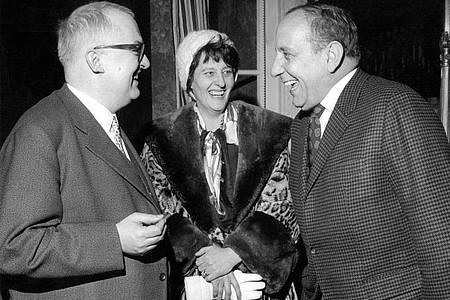 Friedrich Dürrenmatt (l) seine Ehefrau Lotti und der Schauspieler O.E. Hasse bei einem Treffen 1960 in Berlin. Foto: -/dpa