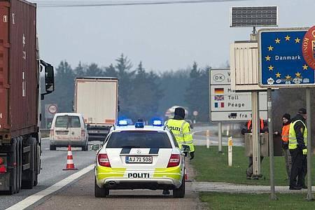 Dänische Polizisten kontrollieren an dem deutsch-dänischen Grenzübergang auf der Autobahn 7 den Verkehr. Ab Samstagmittag werden die Grenzen dicht gemacht. Foto: picture alliance / dpa