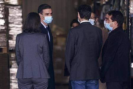 Spaniens Ministerpräsident Pedro Sánchez (2.v.l.) beim Besuch einer Firma für Medizinprodukte. Foto: Legan P. Mace/SOPA Images via ZUMA Wire/dpa