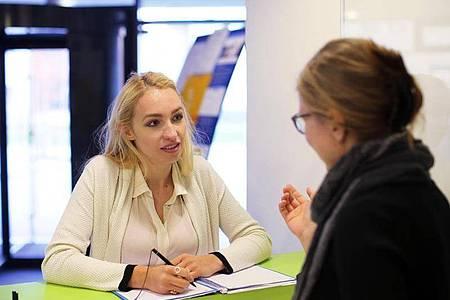 Bei Fragen rund um das Studium gibt es für Studierende verschiedene Anlaufstellen - abhängig vom Anlass. Foto: Markus Hibbeler/dpa-tmn