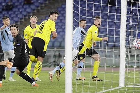 Die Dortmunder Spieler schauen dem Ball beim 0:2 hinterher. Foto: Gregorio Borgia/AP/dpa