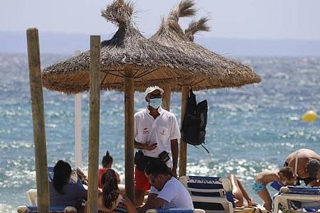 Mallorca hat die Einführung einer strengen Maskenpflicht beschlossen. Dann müssen alle Menschen in der Öffentlichkeit selbst dann Mund- und Nasenschutz tragen, wenn der Sicherheitsabstand gewahrt werden kann. Foto: Clara Margais/dpa