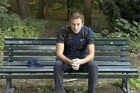 Dieses Foto, das der russische Oppositionsführer auf seinem Instagram-Account veröffentlicht hat, zeigt Alexej Nawalny auf einer Parkbank sitzen. Foto: Uncredited/navalny/Instagram/dpa