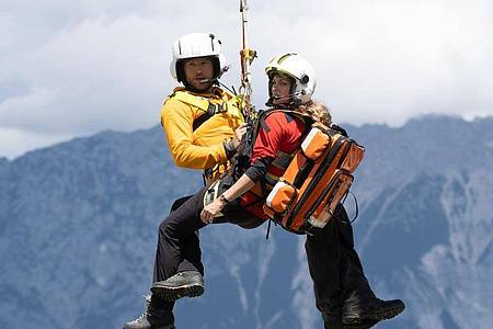 Ein neuer Einsatz für die Bergretter Katharina (Luise Bähr) und Markus (Sebastian Ströbel). Foto: Stephanie Kulbach/ZDF/dpa