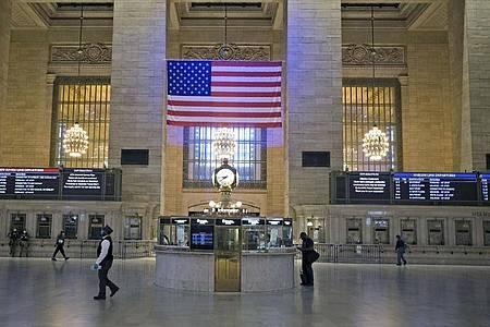Der zur Hauptverkehrszeit fast menschenleere Grand Central Terminal in New York. 100 Tage nach dem ersten bestätigten Corona-Fall sind in der Stadt erste Lockerungen in Kraft getreten. Foto: Seth Wenig/AP/dpa