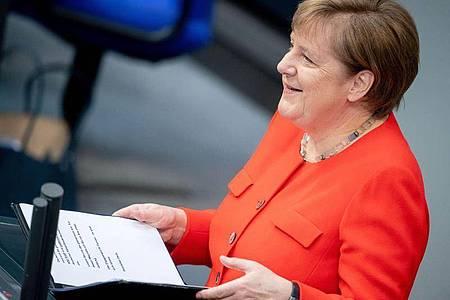 Bundeskanzlerin Angela Merkel (CDU) spricht bei ihrer Regierungserklärung zur deutschen EU-Ratspräsidentschaft im Bundestag. Foto: Kay Nietfeld/dpa