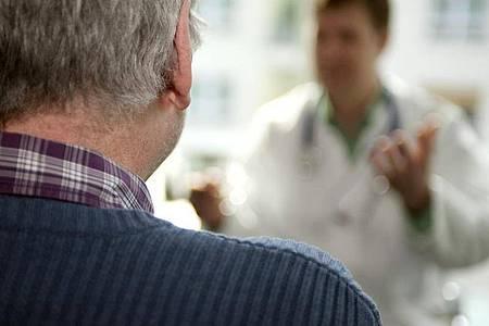 Menschen ab 65 Jahren mit bestimmten Risikofaktoren sollten ihre Halsschlagader jährlich kontrollieren lassen. Foto: Mascha Brichta/dpa-tmn
