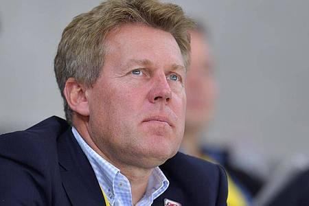 Gernot Tripcke, Geschäftsführer der Deutschen Eishockey Liga, sitzt in der Eishalle. Foto: Uwe Anspach/dpa