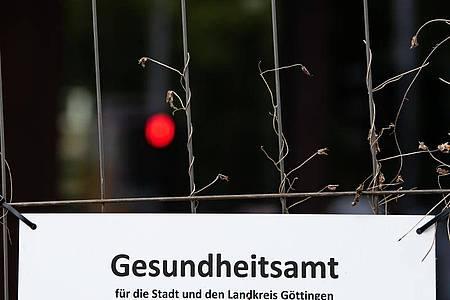 In Göttingen haben sich bei privaten Feiern mehrere Menschen mit dem neuen Coronavirus infiziert. Das Gesundheitsamt verfolgt unter Hochdruck die Infektionsketten. Foto: Swen Pförtner/dpa