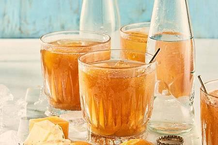 Für diesen Eistee werden Eiswürfel aus Aprikosennektar gemacht. Aufgefüllt wird der Tee am Schluss mit Tonic. Foto: teeverband.de/dpa-tmn
