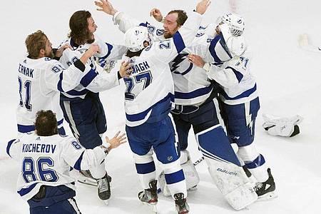 Die Spieler der Tampa Bay Lightning sind am Ziel: Sie gewinnen die Meisterschaft in der NHL. Foto: Jason Franson/The Canadian Press/AP/dpa