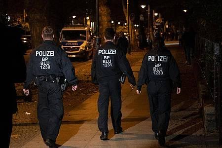 Eine Streife der Bundespolizei kontrolliert in der Nacht in Berlin die Einhaltung der Sperrstunde und der Kontakteinschränkungen. Foto: Paul Zinken/dpa-Zentralbild/dpa