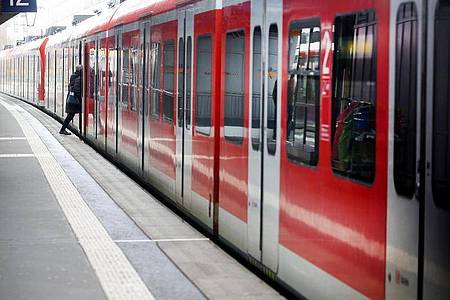 Wegen der Coronavirus-Krise zählt die Deutsche Bahn immer weniger Fahrgäste. Foto: Roland Weihrauch/dpa