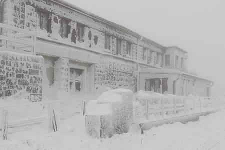 Schneebergeliegt am Brockenbahnhof. Der Winter ist auf dem Brocken zurück. Starker Wind sorgt für Schneeverwehungen. Foto: Matthias Bein/dpa-Zentralbild/dpa