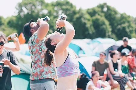 Jugendliche trinken aus Dosen