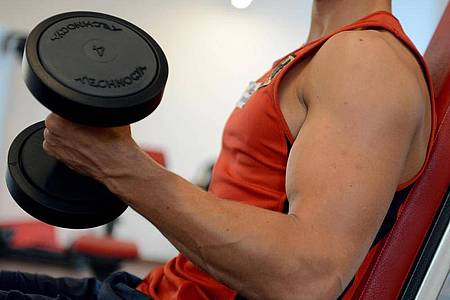 Für den Aufbau und Erhalt von Muskelmasse ist das Training mit Gewichten unerlässlich. Hat das Fitnessstudio geschlossen, können aber auch gefüllte Wasserflaschen als Gewichte dienen. Foto: Britta Pedersen/dpa-Zentralbild/dpa-tmn