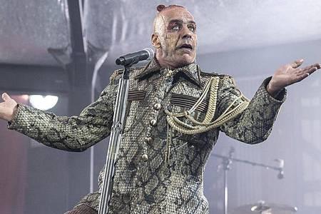 Till Lindemann, Frontsänger der deutschen Rockband Rammstein, in Aktion. Foto: Boris Roessler/dpa