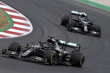 Lewis Hamilton (l) und Valtteri Bottas können in Imola den Konstrukteurs-Titel für Mercedes perfekt machen. Foto: Jose Sena Goulao/EPA Pool/AP/dpa