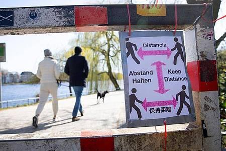 Ein selbstgebasteltes Schild mit der Aufschrift «Abstand Halten». Foto: Christian Charisius/dpa