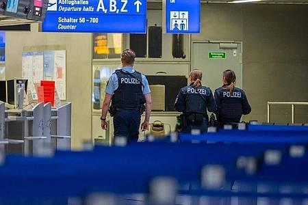Polizisten amFrankfurter Flughafen. Foto: Andreas Arnold/dpa