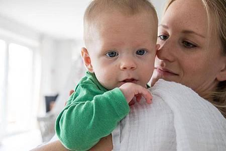 Zeit mit dem Nachwuchs verbringen und dennoch etwas arbeiten - das ist in der Elternzeit unter gewissen Bedingungen möglich. Foto: Christin Klose/dpa-tmn