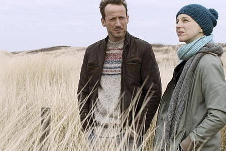 Wotan Wilke Möhring als Thorsten Falke und Petra Schmidt-Schaller als Katharina Lorenz ermitteln am Meer. Foto: Boris Laewen/NDR/ARD/dpa