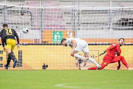Ausgerechnet der Ex-Schalker Daniel Caligiuri (M) traf gegen den BVB zum 2:0. Foto: Matthias Balk/dpa
