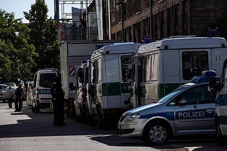 In Berlin durchsucht die Polizei Räumlichkeiten. Foto: Paul Zinken/dpa