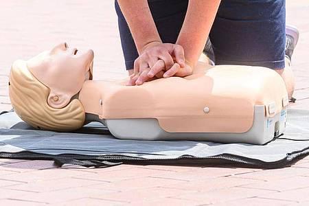 Laut einer Umfrage wissen nur sechs von hundert Deutschen, wie oft bei einer Herzdruckmassage der Brustkorb eingedrückt werden sollte. Foto: Armin Weigel/dpa-tmn