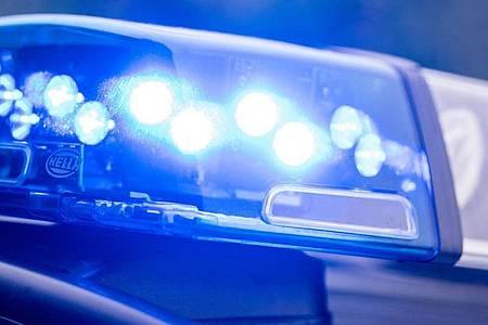 Ein Blaulicht leuchtet auf einem Polizeiauto. Foto: Lino Mirgeler/dpa/Archivbild