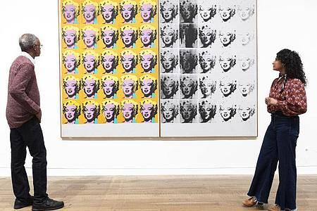 Mitarbeiter der Galerie betrachten das Kunstwerk «Marilyn Diptych» von Andy Warhol in der Tate Modern. Foto: Ray Tang/ZUMA Wire/dpa